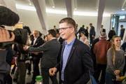 Bleibt im Zentrum des Interesses: Mike Egger will auch im zweiten Wahlgang für die SVP antreten. (Bild: Michel Canonica)