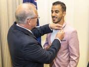 Der australische Ministerpräsident Scott Morrison gratuliert dem bahranisichen Fussballer Hakeem al-Araibi zu dessen frisch erlangter australischer Staatsbürgerschaft. (Bild: Keystone/EPA AAP/DANIEL POCKETT)