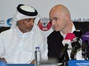 FIFA-Präsident Gianni Infantino (rechts) im Dialog mit Scheich Hamad bin Khalifa Al Thani, dem Chef des katarischen Fussballverbandes (Bild: KEYSTONE/EPA/STRINGER)