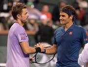 Roger Federer (rechts) liess sich gegen Stan Wawrinka nicht vom Kurs und von seiner Siegesserie (7 Spiele) abbringen (Bild: Mark J. Terril / AP)