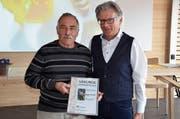 Ruedi Hunziker (links) wurde von Präsident Max Meinherz aus dem Vorstand verabschiedet und zum Ehrenmitglied ernannt. (Bild: Katharina Rutz)