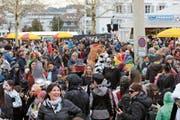 Grosser Andrang am Aschermittwoch im Narrendorf vor der Chälblihalle. (Bild: PD)