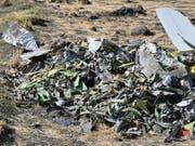 Nach dem Absturz einer Boeing 737 Max 8 der Ethiopian Airlines haben nach zahlreichen anderen Ländern nun auch die USA ein Flugverbot für den betroffenen Flugzeugtyp erlassen. Beim Absturz vom vergangenen Sonntag waren 149 Passagiere und acht Besatzungsmitglieder ums Leben gekommen. EPA/STR (Bild: KEYSTONE/EPA/STR)