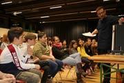 Gespannt verfolgen die Darsteller Rolf Sommers Erklärungen zum Modell der geplanten Theaterbühne. (Bild: Remo Infanger, Altdorf, 12. März 2019)