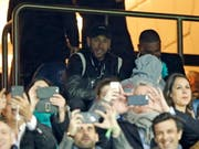 Gegen Manchester United konnte der verletzte Neymar nur zuschauen, fluchen und unanständig zwitschern (Bild: KEYSTONE/EPA/YOAN VALAT)