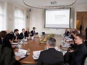 Die Bundesräte Ignazio Cassis (Dritter von Links) und Guy Parmelin (Zweiter von links) trafen sich am Mittwoch zu Konsultationen mit den Gewerkschaften, dem Arbeitgeberverband und dem Gewerbeverband. (Bild: KEYSTONE/ANTHONY ANEX)