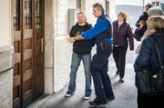 Letzter Verhandlungstag im Mordfall Wagenhausen: Der Angeklagte wird von der Polizei ins Bezirksgericht Frauenfeld begleitet. (Bild Reto Martin, 9. März 2018).