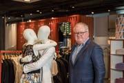 Erich Weber im neu konzipierten Verkaufsraum am Hauptsitz von Mode Weber an der St.-Leonhard-Strasse. (Bild: Hanspeter Schiess (12. März 2019))