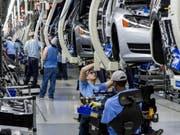 VW verschärft sein Sparprogramm und baut bis zu 7000 Arbeitsplärte ab. (Bild: KEYSTONE/AP/ERIK SCHELZIG)