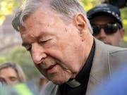 Der des Kindesmissbrauchs für schuldig gesprochene australische Kurienkardinal George Pell ist am Mittwoch zu sechs Jahren Haft verurteilt worden. (Bild: KEYSTONE/AP/ANDY BROWNBILL)