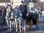 Pferde vor einer Chaise, jener der «Glaibasler Miggeli», am Basler Fasnachts-Cortège vom Mittwoch. (KEYSTONE/Georgios Kefalas) (Bild: KEYSTONE/GEORGIOS KEFALAS)