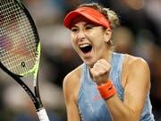 So freut sich Belinda Bencic über den Sieg gegen die Nummer 1 der Welt. (Bild: KEYSTONE/EPA/JOHN G. MABANGLO)