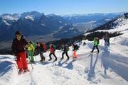 Mit den Schneeschuhen in der Natur sind die Jugendlichen mit niedrigerem Tempo unterwegs als sonst im Leben. (Bild: PD)