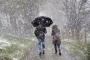 Schnee-Spaziergänge im Frühling sind auch heute möglich, obwohl der April in den letzten Jahrzehnten deutlich wärmer geworden ist. (Bild: Keystone)