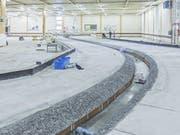 In dieser Halle in Dornbirn (Vorarlberg) lässt die Internationale Rheinregulierung zwei Abschnitte des Rheins im Massstab 1:50 aufbauen. Am Modell wird das geplante Hochwasserschutz-Projekt «Rhesi» überprüft. (Bild: Keystone/Florian Hinkelammer-Zens)
