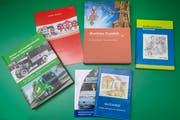 Die Bücher und Broschüren, die aus der Feder des 70-jährigen Josef Moser stammen. (Bild: Urs Bucher)