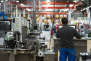 Blick in die Produktion des Kabelherstellers Komax in Dierikon. Bild: Dominik Wunderli (14. März 2019)