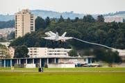 Ein F/A-18 Hornet Kampfjet der Schweizer Luftwaffe startet vom Militärflugplatz Emmen. (Bild: Philipp Schmidli, Emmen, 8. August 2017)