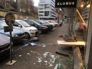 Das Auto landete statt im Parkfeld im Schaufenster. (Bild: Zuger Polizei)