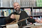 Daniel Hurtado hat in vielen alten Ordnern geschmökert und die Geschichte der Kantonsschule zusammengestellt. (Bild: Donato Caspari)