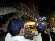 Beim Einsturz einer Fussgängerbrücke im indischen Mumbai sind am Donnerstag zahlreiche Menschen ums Leben gekommen. (Bild: KEYSTONE/AP/RAJANISH KAKADE)