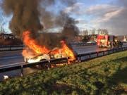Bei einem Unfall auf der Autobahn A1 bei Züberwangen SG brannte am Mittwoch ein Auto völlig aus. Er wurde niemand verletzt. (Bild: Kapo SG)