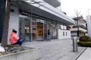 Die Raiffeisenbank-Filiale in Oberägeri. Die Bank plant diese Mitte 2020 aufzuheben. (Bild: Werner Schelbert, 22. März 2018)