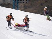 Die Österreicherin Cornelia Hütter wird nach ihrem Sturz bei der Weltcup-Abfahrt in Soldeu im Rettungsschlitten abtransportiert (Bild: KEYSTONE/EPA/CHRISTIAN BRUNA)