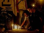 In Sao Paolo haben in der Nacht auf Donnerstag zahlreiche Menschen den Todesopfern eines Amoklaufes in einer Schule gedacht. (Bild: KEYSTONE/EPA/SEBASTIAO MOREIRA)