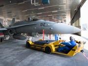 Die Einsatzbereitschaft der F/A-18-Flotte der Schweizer Luftwaffe war nicht beeinträchtigt, obwohl im Februar an einem Jet ein Riss festgestellt worden war. (Bild: KEYSTONE/LAURENT GILLIERON)