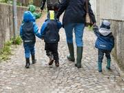Familien, die ihre Kinder extern betreuen lassen, sollen nach dem Willen des Nationalrats künftig höhere Kosten von den Bundessteuern abziehen dürfen. (Bild: KEYSTONE/ALESSANDRO DELLA VALLE)