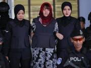 Die Vietnamesin Doan Thi Huong (Mitte) muss weiterhin mit der Todesstrafe in Malaysia rechnen, weil sie verdächtigt wird, den Halbbruder von Nordkoreas Machthaber, Kim Jong Nam, getötet zu haben. (Bild: KEYSTONE/EPA/FAZRY ISMAIL)
