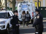 New Yorker Polizei am Donnerstag auf Staten Island nahe dem Ort, wo Mafiaboss Francesco «Frank» Cali getötet wurde. (Bild: Keystone/AP/SETH WENIG)