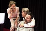Linda (Carina Wiese) und Ehemann Marcel (Sebastian Krähenbühl) kümmern sich um Coach Leo (Beat Marti). (Bild: PD)