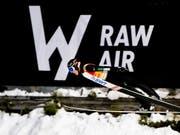 Ryoyu Kobayashi fliegt am RAW-Air-Plakat vorbei zum Tagessieg. (Bild: KEYSTONE/EPA NTB SCANPIX/OLE MARTIN WOLD)