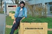 Primarlehrer Dominik Anliker mit den Pflanzenboxen «Wilde Blütenpracht» beim Paul-Reinhart-Schulzentrum.Bild: Mario Testa