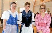 Die alte Präsidentin Andrea Knaus (links) und die neue Präsidentin Heidi Looser (Mitte) begrüssen die Referentin Agnes Heiniger-Gmür. (Bild: Hansruedi Rohrer)