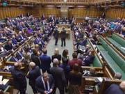 Warten auf die Bekanntgabe des Abstimmungsresultats am Donnerstagabend im britischen Parlament - es votierte für eine Verschiebung des Brexit. (Bild: Keystone/EPA/UK PARLIAMENTARY RECORDING UNIT)