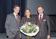 Die neue Verwaltungsrätin Claudia Flury, flankiert von Christoph Baumgartner, Vorsitzender der Bankleitung (links) und Bruno Poli, Präsident des Verwaltungsrates. (Bild: PD)