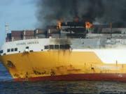 Das brennende Frachtschiff «Grande America» vor dem Untergang im Golf von Biskaya. (Bild: Keystone/AP)