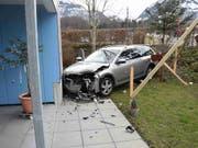 Die Kollision zweier Autos endet in Sarnen für eines der Fahrzeuge an einer Hausfassade. (Bild: Kantonspolizei Obwalden)