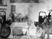 Das Jahr 1972 war eines der blutigsten im Konflikt um Nordirland. Britische Fallschirmjäger erschossen am 30. Januar, dem «Bloody Sunday» von Londonderry (Derry), in der nordirischen Stadt 13 katholische Demonstranten. Nun kommt ein Ex-Soldat vor Gericht. (Bild vom 30. Januar 1972) (Bild: KEYSTONE/AP PA)