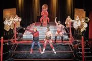 Höhepunkt des Abends: Die Lausanner Wrestler Kurt Simmons und Elias Richter kämpfen gegen den schusseligen Falsh Gordon. (Bild: Urs Bucher)