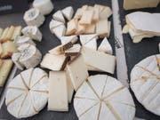 Mit der Landwirtschaft kamen weichere Nahrungsmittel, zum Beispiel Käse. Das hatte Auswirkungen auf die Gebissstellung früherer Menschen und auf die Entwicklung von Sprachlauten. (Bild: KEYSTONE/URS FLUEELER)