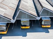 Postautos am Hauptbahnhof in Bern. (Bild: KEYSTONE/PETER KLAUNZER)
