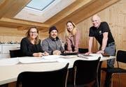 Markus (ganz rechts) und Theres (ganz links) Pfiffner übergeben ihr Elektrogeschäft an ihren Sohn Michael und dessen Gattin Sara. (Bild: Stefan Kaiser (Zug, 14. März 2019))