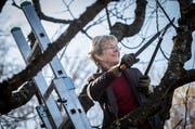 Verena Herzog arbeitet in ihrem Naturgarten.