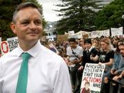In Neuseeland hat am Freitag der weltweite Aktionstag für mehr Klimaschutz begonnen - der neuseeländische Klimawandel-Minister James Shaw unterstützte die Demonstration von Jugendlichen in Wellington. (Bild: KEYSTONE/AP/NICK PERRY)