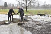 Gemeindepräsident Beat Tinner (links) und Regierungsrat Bruno Damann öffnen den Schieber für den Wassereinlass vom Mühlbach in die aufgewerteten Gewässerläufe Höwisen. (Bilder: Heini Schwendener)