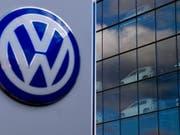 Dem deutschen Volkswagen-Konzern droht in den USA ein Sanktionsverfahren der Aufsichtsbehörde SEC. (Bild: KEYSTONE/EPA/FILIP SINGER)